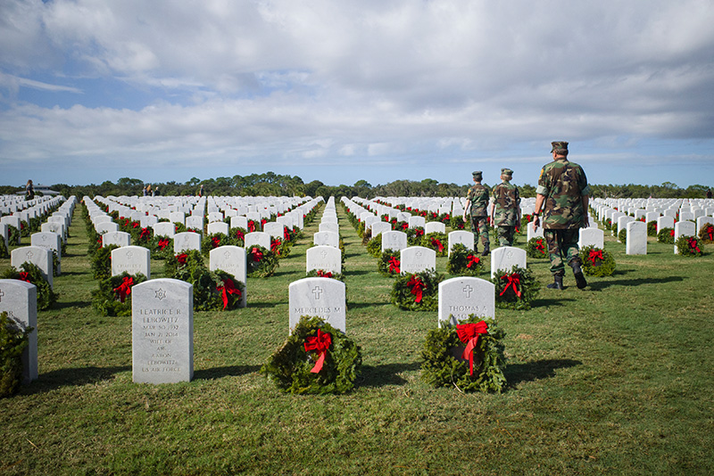 Bunnell wreath laying-small